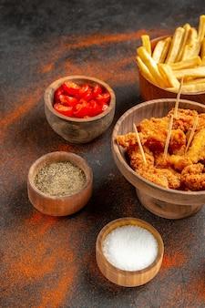 Smaczny obiad z chrupiącym smażonym kurczakiem i ziemniakami