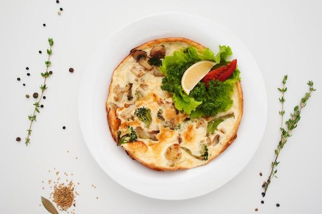 Smaczny omlet z pieczarkami i natką pietruszki