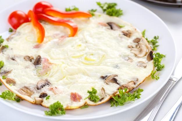 Smaczny omlet z pieczarkami