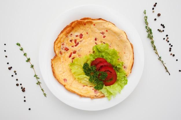 Smaczny omlet z pomidorami