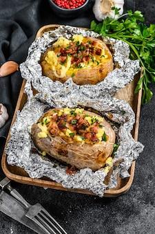 Smaczny pieczony ziemniak polany cheddarem czosnkiem i natką pietruszki