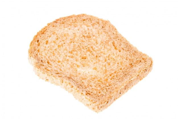 Smaczny pokrojony świeżego chleba kawałek odizolowywający na bielu