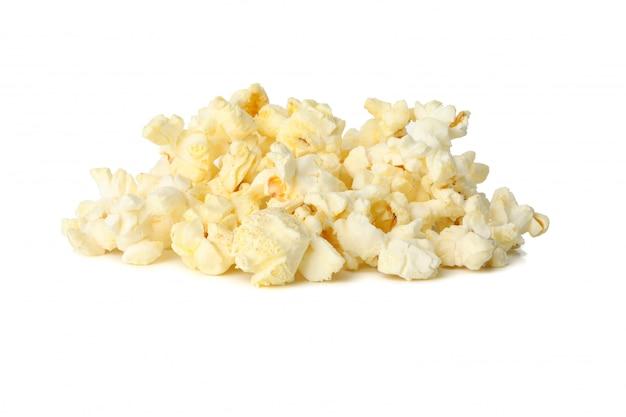 Smaczny popcorn na białym tle. jedzenie do kina