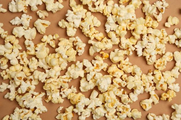 Smaczny popcorn, widok z góry. jedzenie do oglądania kina
