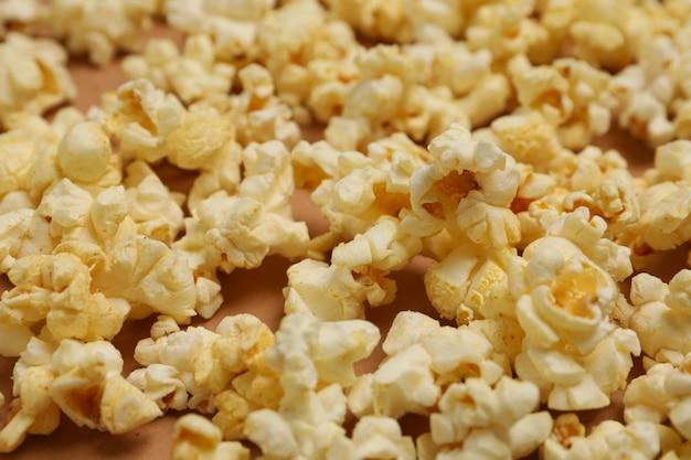 Smaczny popcorn, z bliska. jedzenie do oglądania kina