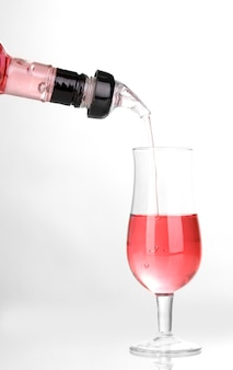 Smaczny różowy koktajl na białym tle