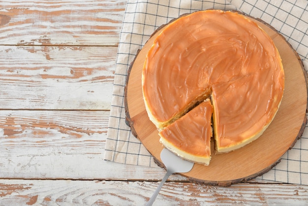 Smaczny sernik na drewnianym stole
