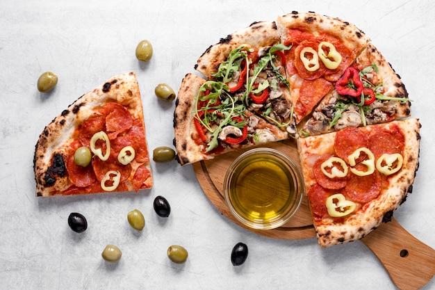 Smaczny skład pizzy i oliwek