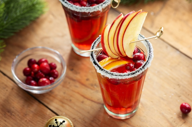 Smaczny świeży świąteczny koktajl z żurawiną podawany w szklankach. zbliżenie