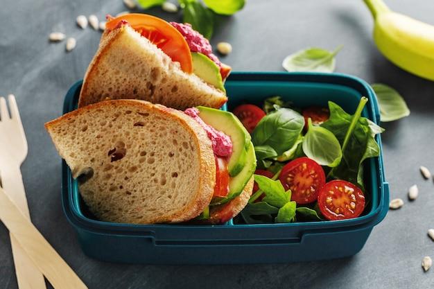 Smaczny świeży, zdrowy wegański lunch na wynos w pudełku. zbliżenie.