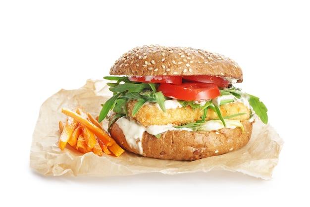 Smaczny wegański burger na białym tle