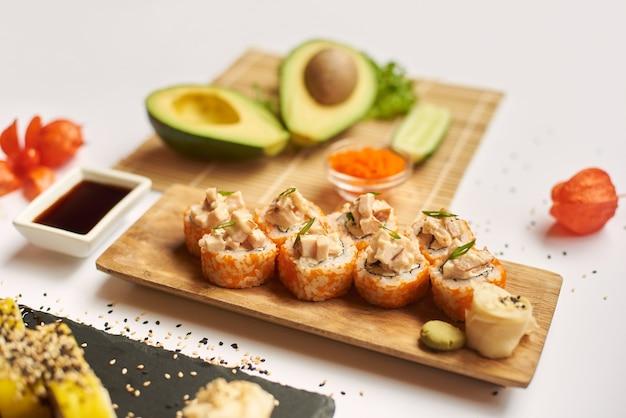 Smaczny zestaw sushi gotowy i czekający na klientów podczas lunchu.