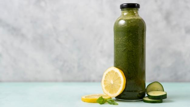 Smaczny zielony napój z cytryną i ogórkami