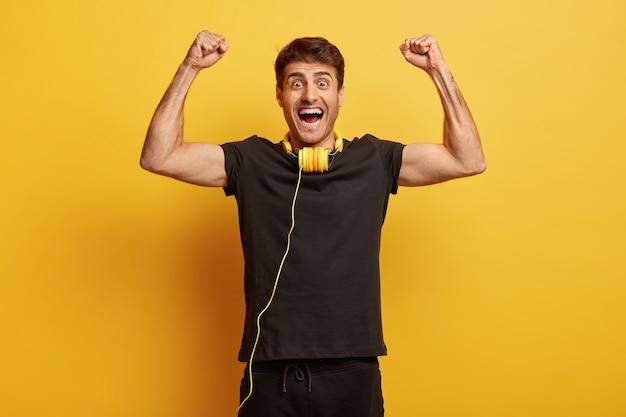 Smak sukcesu. szczęśliwy podekscytowany mężczyzna świętuje szczęście