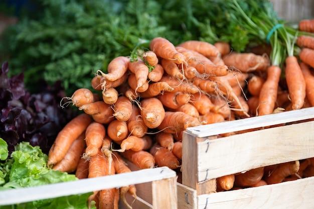 Smakowane i świeże warzywa marchewkowe na targu