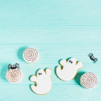 Smakowici ciastka blisko dekorować pająki i miodownika