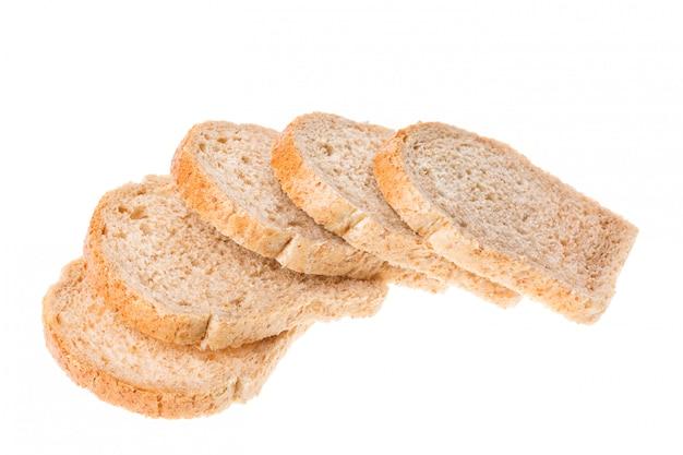 Smakowici pokrojeni świeżego chleba kawałki odizolowywający na bielu