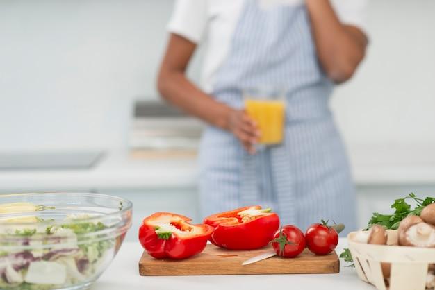 Smakowici pomidory z kobietą na tle