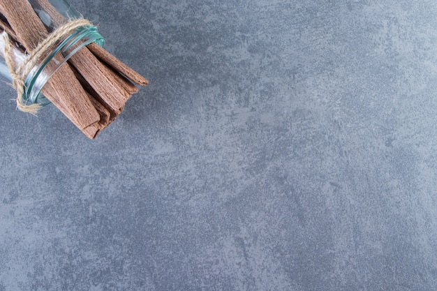 Smakowita bułka waflowa w słoiczku na marmurowej powierzchni