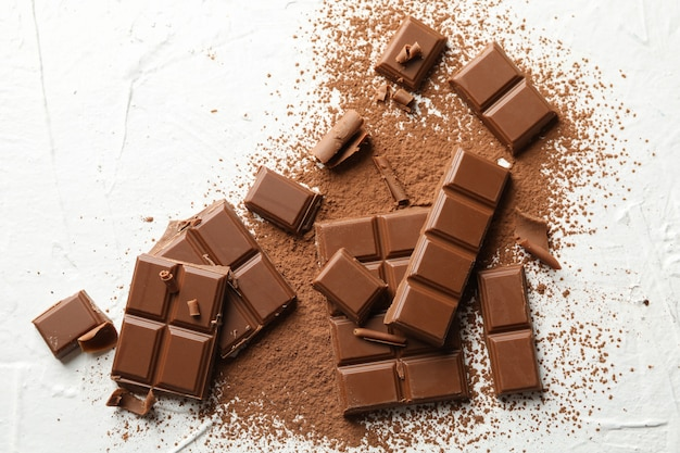Smakowita czekolada i proszek na bielu. słodkie jedzenie