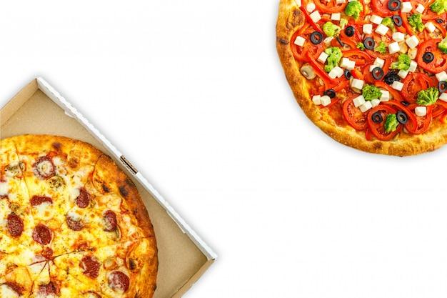 Smakowita pepperoni pizza i pomidory na bielu odizolowywamy tło. widok z góry na gorącą pizzę. z miejsca na kopię tekstu. leżał płasko. transparent