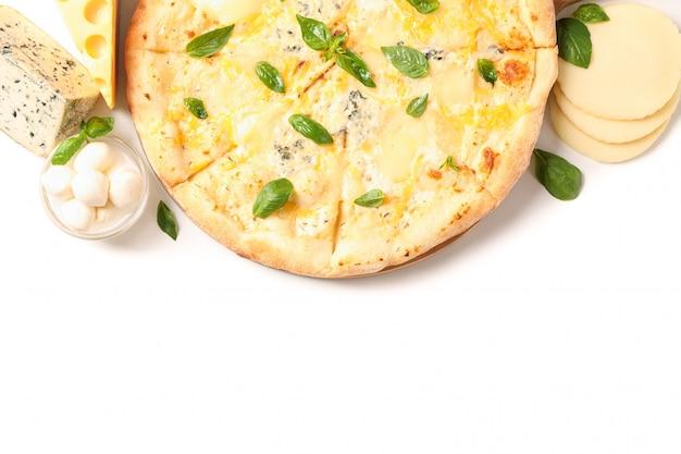 Smakowita serowa pizza i składniki odizolowywający na białym tle