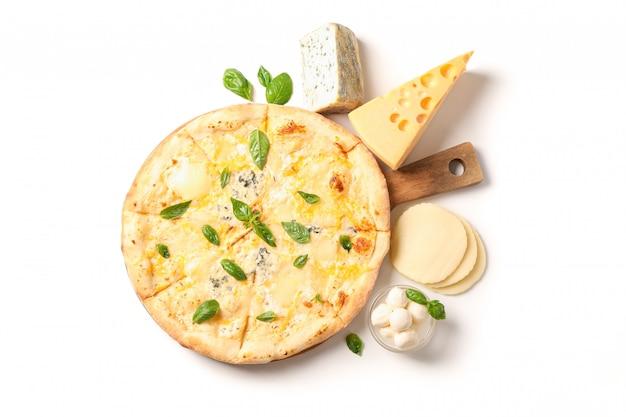 Smakowita serowa pizza na drewno desce i składnikach odizolowywających na białym tle