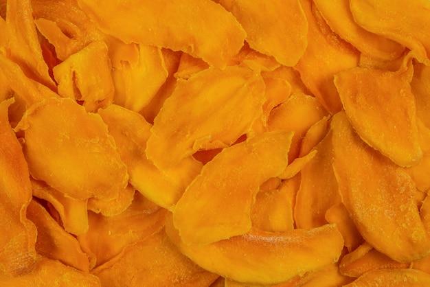 Smakowity cukrowy mango pokrajać tło. widok z góry.