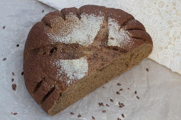 Smakowity pokrojony czarny chleb na pergaminie