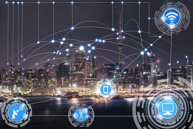 Smart city skyline z ikonami sieci komunikacji bezprzewodowej.