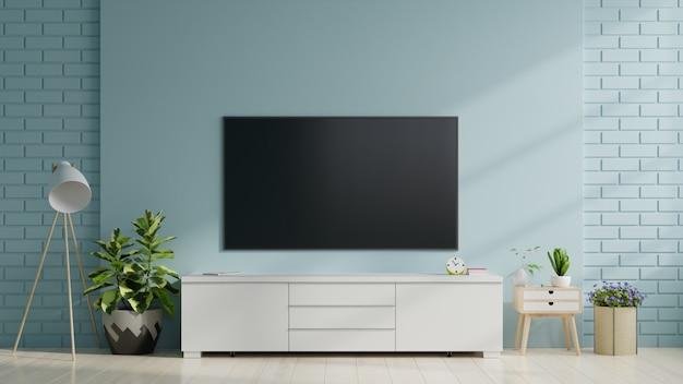 Smart tv na niebieskiej ścianie w salonie, minimalistyczny design.