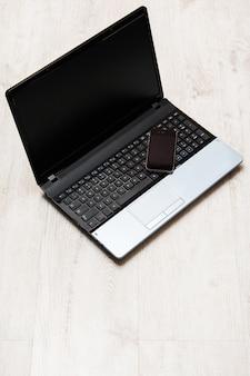 Smartfon i laptop