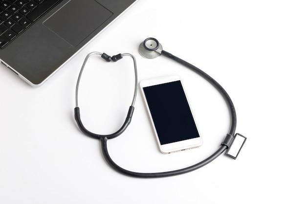 Smartfon i stetoskop na białym tle
