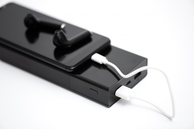 Smartfon, słuchawki i power bank.