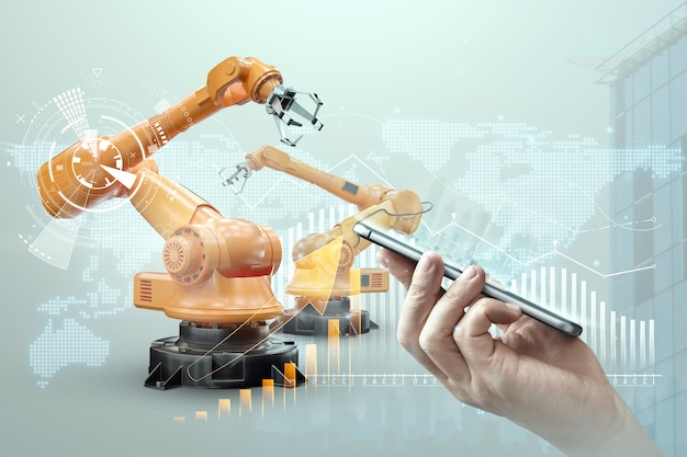 Smartfon w dłoni mężczyzny i robotyczne ramiona nowoczesnej rośliny. koncepcja technologii iot, inteligentna fabryka. cyfrowa operacja produkcyjna. przemysł 4.0.