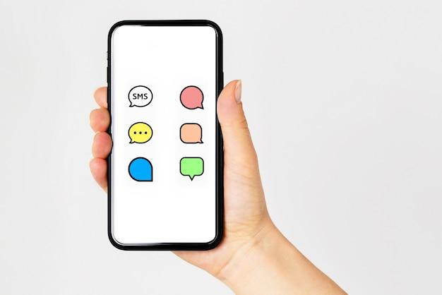 Smartfon z ekranem czatu komunikatora