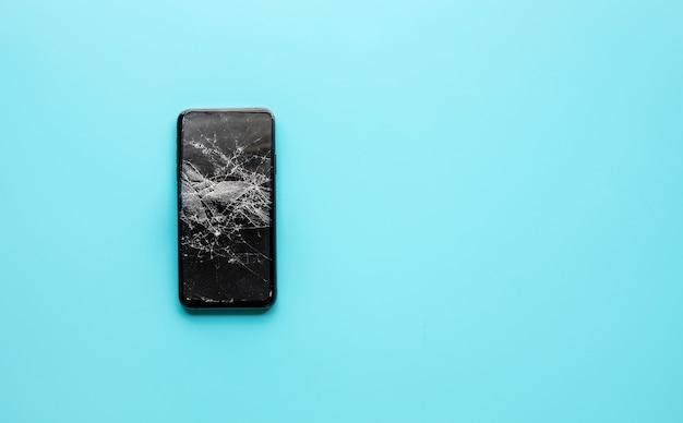 Smartfon z pękniętą osłoną z hartowanego szkła