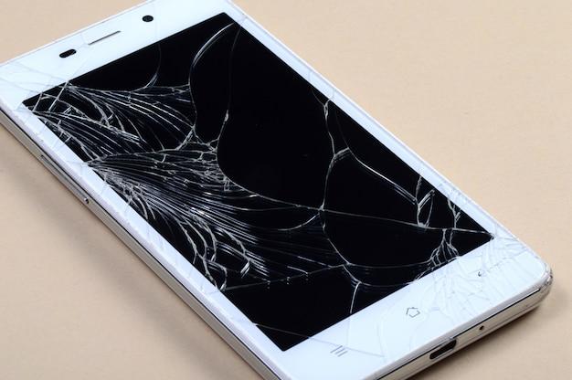 Smartfon z uszkodzonym ekranem
