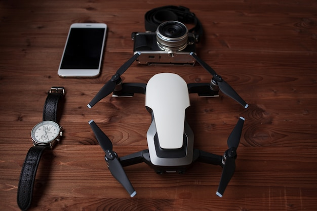 Smartphone i dron na podłoże drewniane