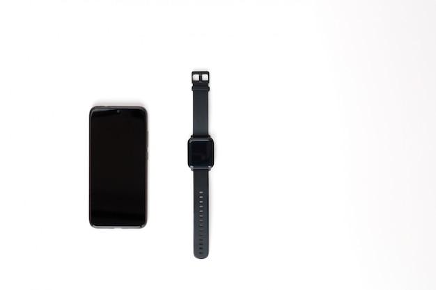 Smartphone i mądrze zegarek na białym tle. widok z góry.