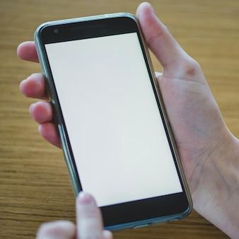 Smartphone na drewnianym tle