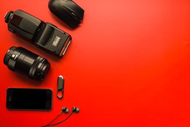 Smartphone, sprzęt fotograficzny, mysz komputerowa, pamięć flash i słuchawki