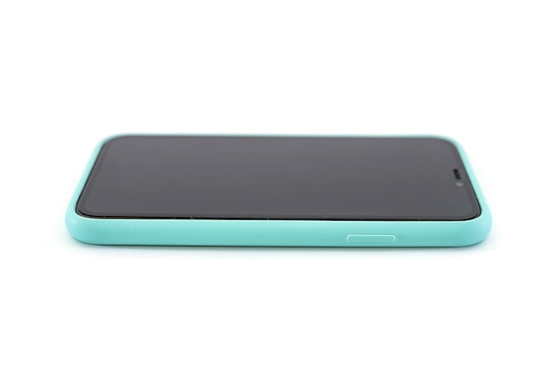 Smartphone w niebieskim przypadku na białym tle na białym tle. widok z boku