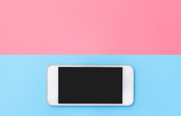 Smartphone z czarnym ekranem na tle czerwonym i niebieskim