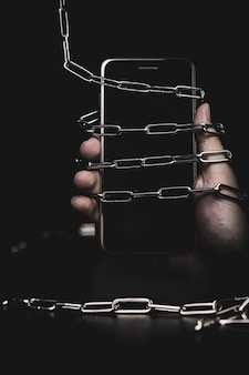 Smartphone z łańcuchem zamka