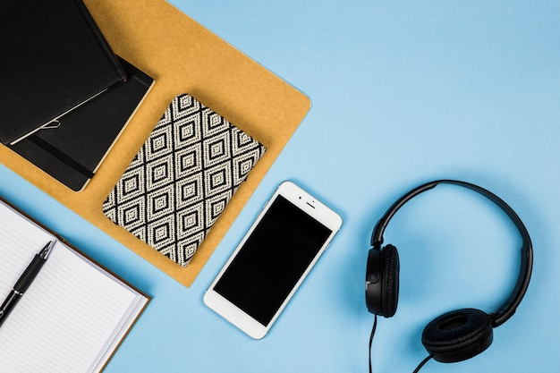 Smartphone z notebookiem i słuchawkami