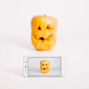 Smartphone z obrazem jack-o-lantern