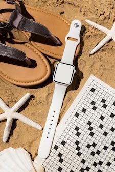 Smartwatch i sandały z widokiem z góry