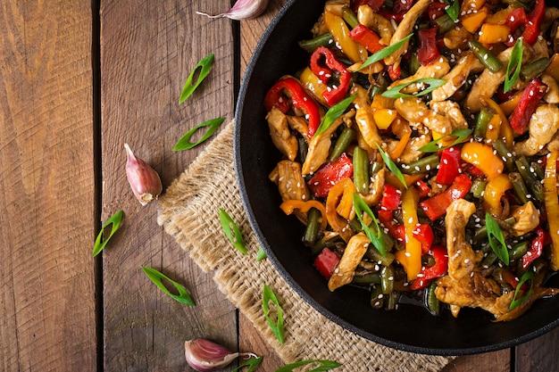 Smaż kurczaka, słodką paprykę i zieloną fasolę