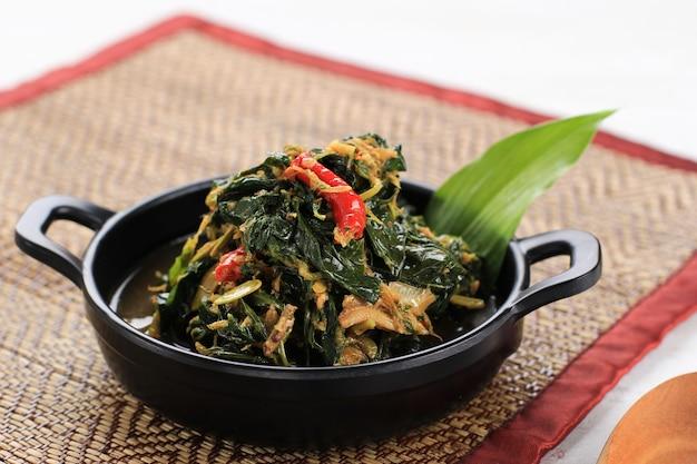 Smaż liście papai lub tumis daun pepaya (singkong tumbuk) wykonane z gotowanej papai lub liści manioku z przyprawami i chili. zwykle dodaj smażone anchois. czasami nazywany buntil